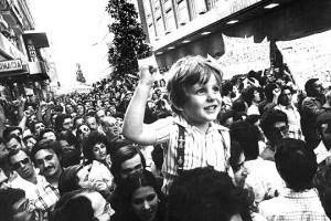 """Fotografia """"El nen del puny en alt"""", juny 1976"""
